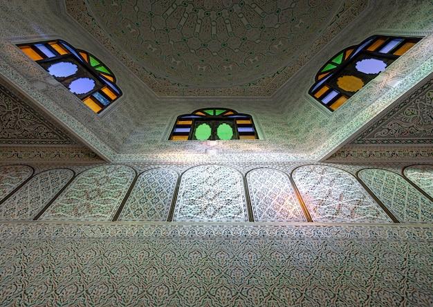 스테인드 글라스 창문이있는 천장과 태양의 하이라이트가있는 전통적인 오리엔탈 스타일의 많은 장식품과 디테일
