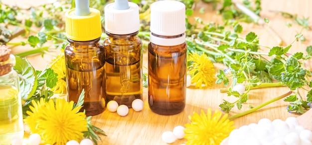 작은 병, 치료, 약, 팅크에 있는 애기똥풀 민들레 추출물. 선택적 초점.자연