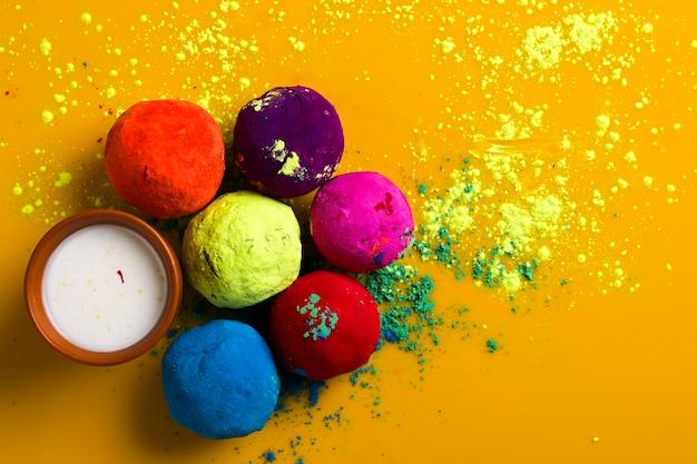 인도 축제 holi, 노란색 표면에 multicolors 공을 축하