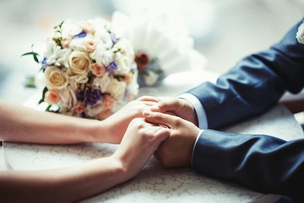 カフェで結婚式を祝う