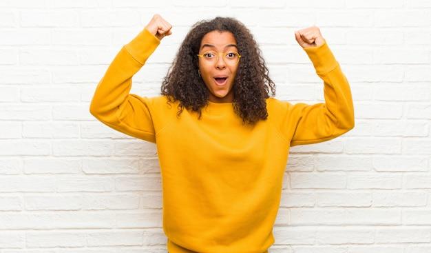 Празднуя невероятный успех как победитель, выглядя взволнованным и счастливым, сказав: бери это!