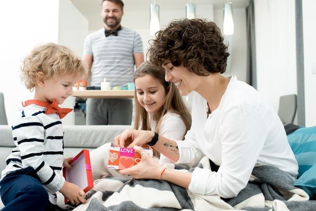 家族の懐で誕生日を祝う