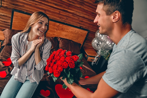 聖バレンタインの日を祝います。男性は女性に赤いバラを贈ります。