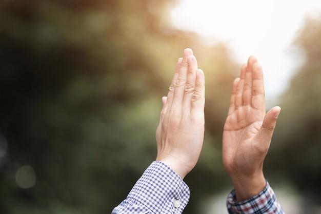 共有目標の達成を祝い、勝利または良い結果を祝福する