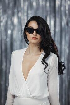 白いドレスを着た女性を祝う