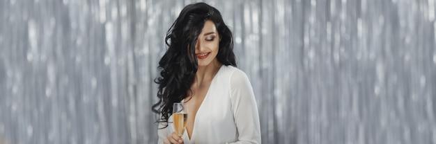 Празднование женщины в белом платье