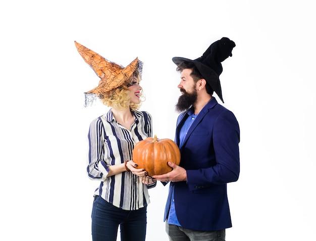 Празднование и концепция вечеринки октябрьская магия для хэллоуина хэллоуин пара в шляпах ведьм с