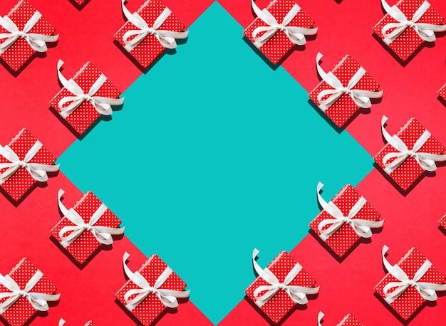 赤いギフトボックスが存在するお祝いの記念日の背景の概念