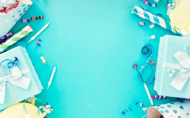 ギフトボックス、カラフルなパーティーストリーマー、紙吹雪、青の誕生日パーティーハットとお祝いの背景