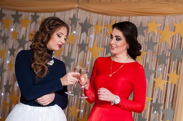 Праздник. красивые девушки пьют шампанское.