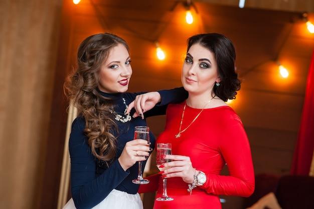 Праздник красивые женщины пьют шампанское