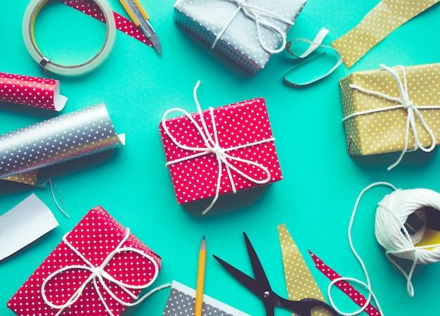 プレゼントを飾るお祝いの誕生日パーティーのコンセプトのアイデア