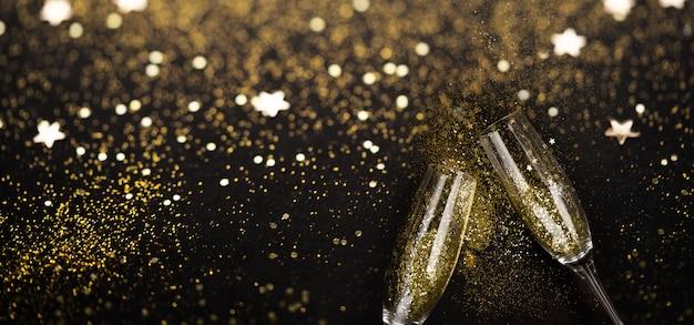 Празднование бокалов для шампанского и сверкающего блеска