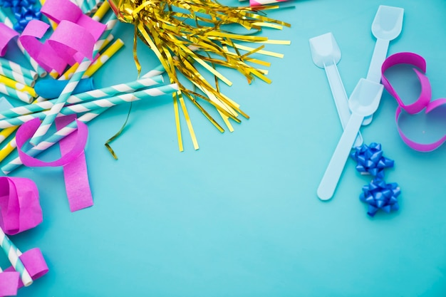 Концепция празднования на синем фоне