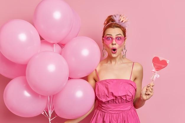お祝いのコンセプト。愚かな赤毛のヨーロッパの女性は口を開けたままバグのある目を凝視します