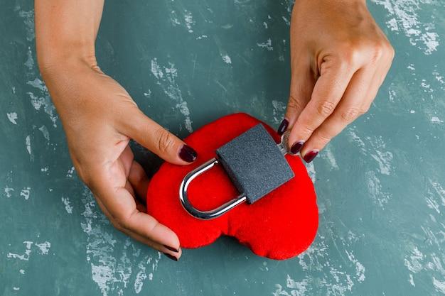 Концепция праздника. женщина, запирающая игрушечное сердце.