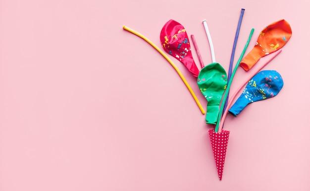 カラフルな紙吹雪と風船でお祝いのコンセプトのアイデア
