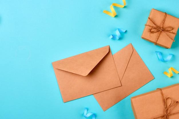 Праздничный конверт, вещи для дня рождения и ноутбук на желтом фоне