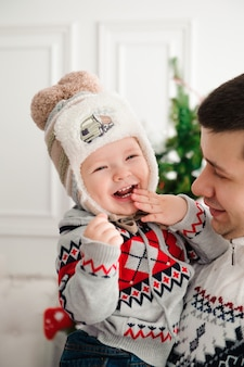 Концепция праздника, семьи, праздников и дня рождения - семья с новым годом