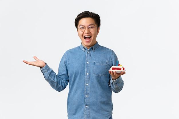 Feste di celebrazione e concetto di stile di vita eccitato e divertito ragazzo asiatico felice che guarda con gioia s...