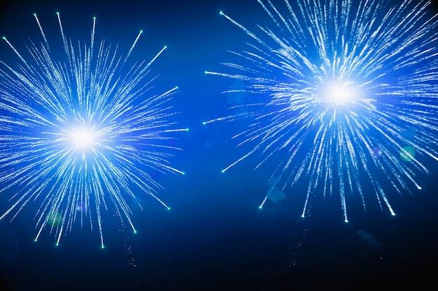 新年の花火のお祝い。空にカラフルな花火。多くの明るい花火