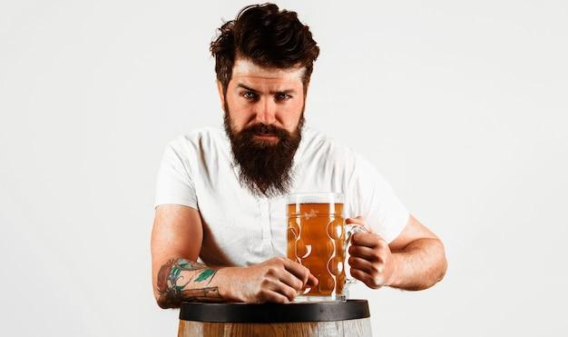お祝いオクトーバーフェスト。ビールを飲むひげを生やした男。パブとバー。ドイツのクラフトビール。醸造所のコンセプト。