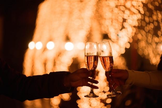 Праздник или вечеринка. друзья держат бокалы с шампанским, делая тост