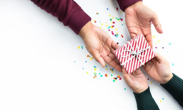 선물 상자를주는 사람과 축하 파티 및 기념일