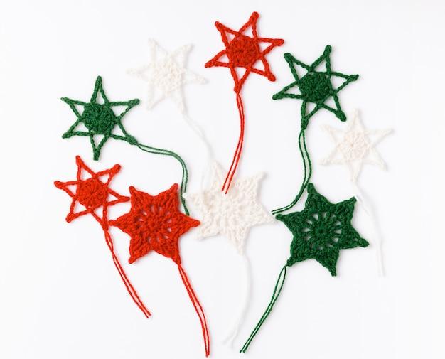 축 하, 파티 배경 개념 녹색, 흰색 및 빨간색 화려한 별, 깃발. 생일, 새해, 크리스마스 컨셉입니다. 오버 헤드 평면도, 평면 누워. 공간을 복사합니다.