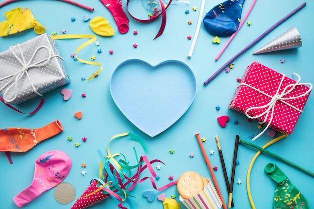 カラフルな要素とギフトボックスが存在するお祝いパーティーの背景の概念