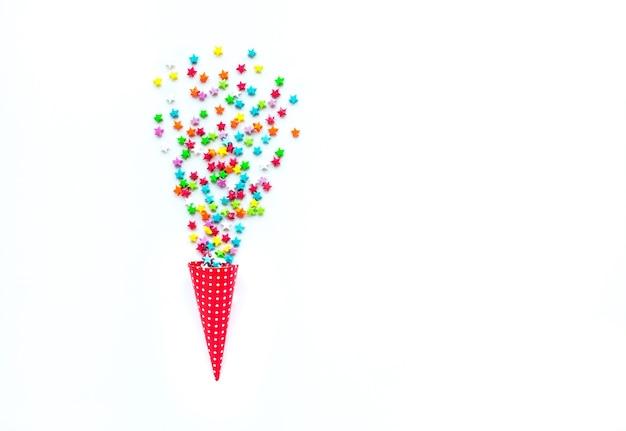 カラフルな星の形から紙吹雪でお祝い、パーティーのコンセプトのアイデア