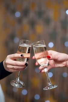 Праздник. люди держат бокалы шампанского, делая тост
