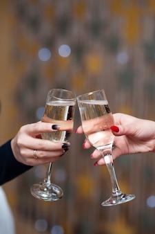 Празднование. люди держат бокалы шампанского, делают тост