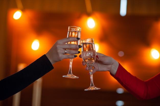 Празднование. люди держат бокалы шампанского, делая тост