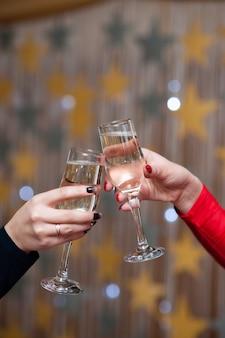 お祝い。乾杯するシャンパングラスを持っている人