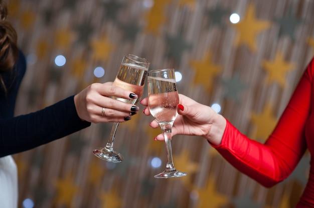 Праздник. люди держат бокалы шампанского, делают тост