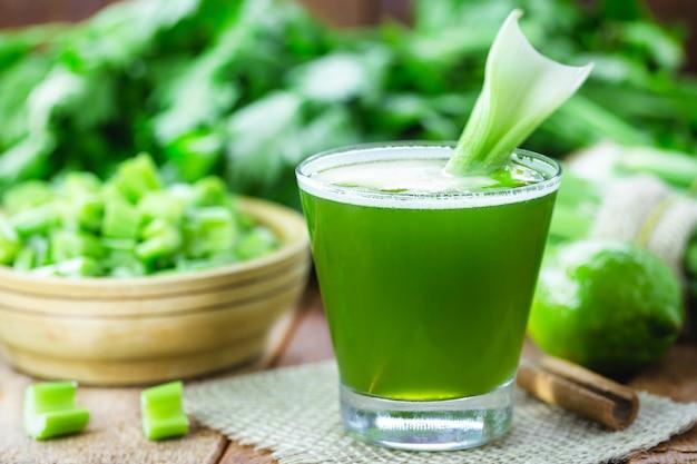 セロリジュース、レモン、キャベツ、ミントとシナモン、ダイエットとデトックスのための健康的なベジタリアン無糖野菜ドリンク