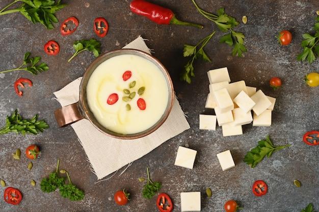 銅カップのセロリのスープ