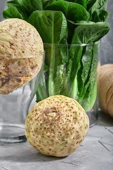 地元の市場の農場の新鮮な農産物、空のスペースからの葉野菜とセロリの根