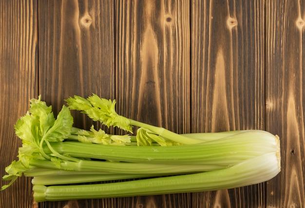 木材の背景にセロリの茎