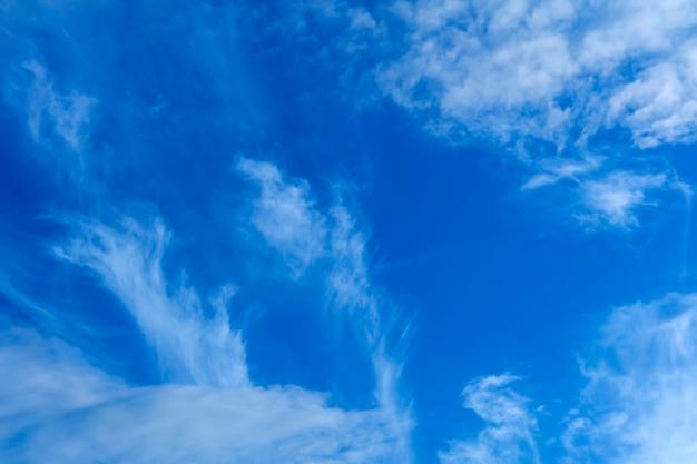 天体の背景-白い巻積雲と青い日の空