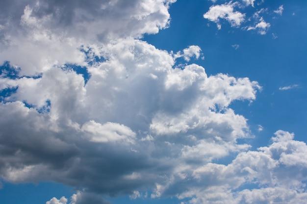 晴れた日の青い空に大きな積雲のある天体の風景