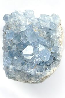 白い背景の上の青い結晶celestite(celestine)