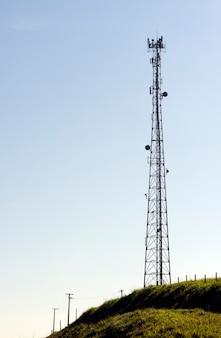 バックライトで、丘の上にあるセルタワー。ブラジル、サンパウロ州。