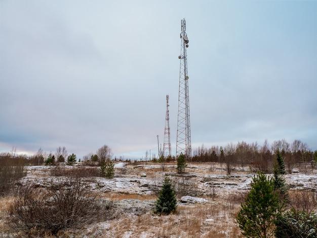 Вышки сотовой связи в заснеженной тундре.