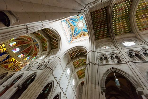 アルムデナ大聖堂の内部での携帯