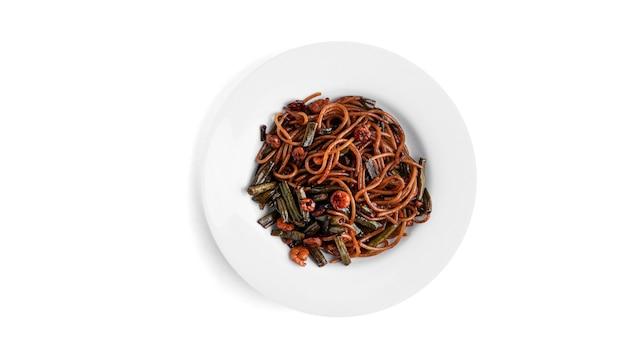 Целлофан с креветками и овощами, изолированные на белом.