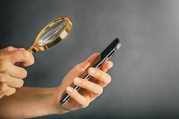広告のための手で携帯電話タブレット