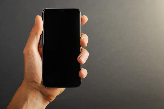 手に携帯電話タブレット