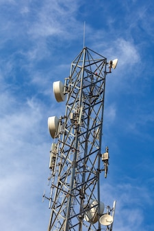 Антенна сотовой связи на фоне голубого неба в солнечную погоду. общение.
